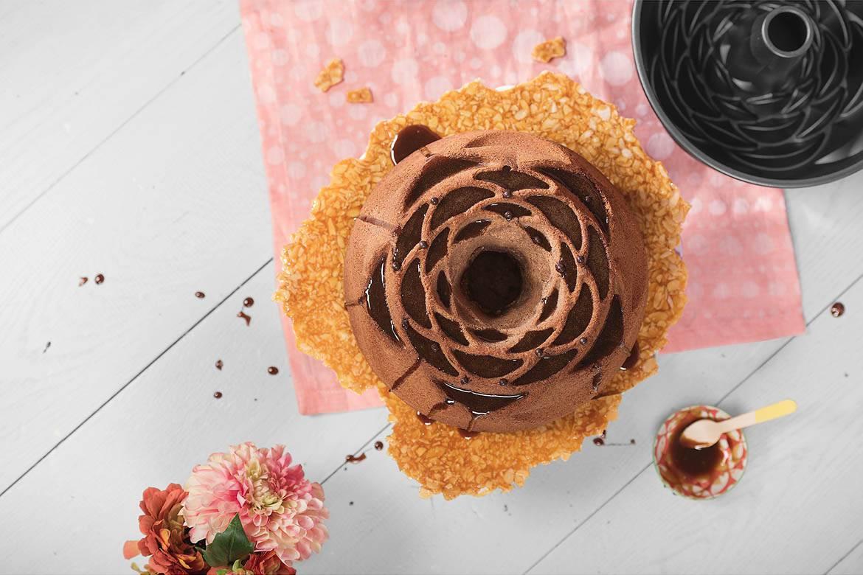 Orangen-Sandkuchen mit Espresso-Karamellsoßen-Topping und Mandelkrokant-Manschette