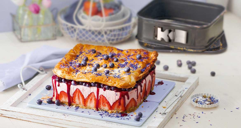 Sommer-Erdbeer-Torte mit Streusel-Boden, Heidelbeer-Topping und Blätterteighaube