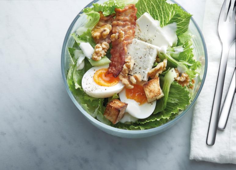 Caesar-Salat mit Feta und Bacon