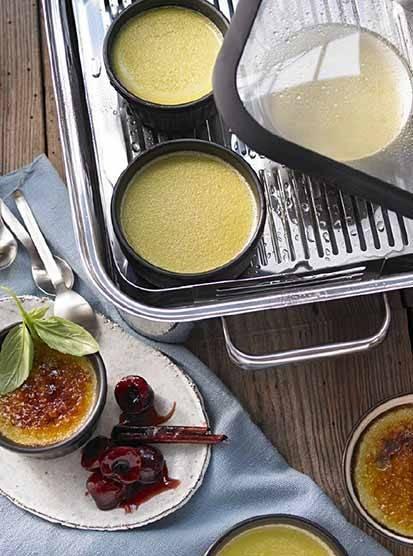 Crème brûlée mit Basilikum und Essigkirschen