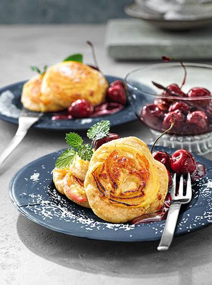 Mini-Pancakes mit Apfelspiralen und Kirsch-Rotwein-Kompott