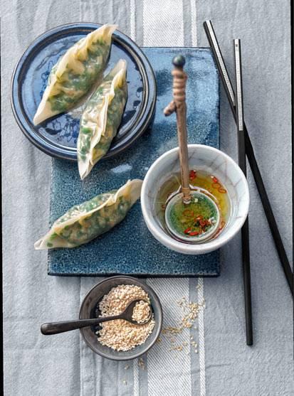 Gedämpfte Gyoza mit Spinat-Pilz-Füllung und süß-sauer-scharfem Dip
