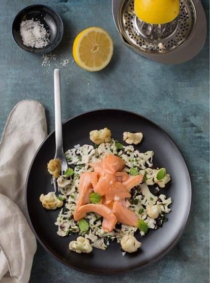 Lachs auf Blumenkohl-Korinthen-Salat