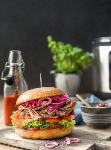 Pulled Beef Burger mit Brioche-Brötchen und BBQ-Sauce