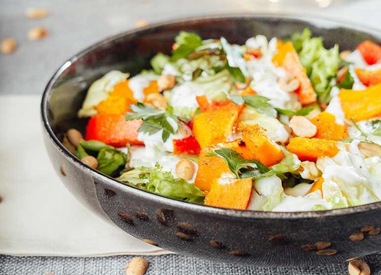 Salat mit gegrilltem Hokkaido-Kürbis und gegrillter Paprika, Erdnüssen in frischem Zitronen-Jogurt-Dressing