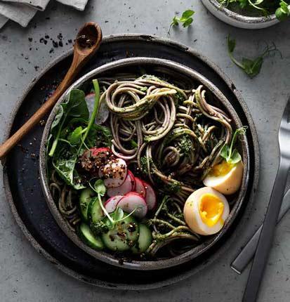 Japanische Soba-Bowl mit Spinat-Miso-Pesto, marinierten Eiern und Furikake