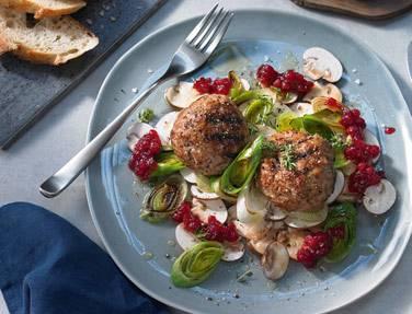 Kalbshackbällchen mit Preiselbeeren auf Salat