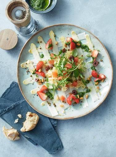 Nudelsalat mit Spargel, Erdbeeren und Basilikum Pesto