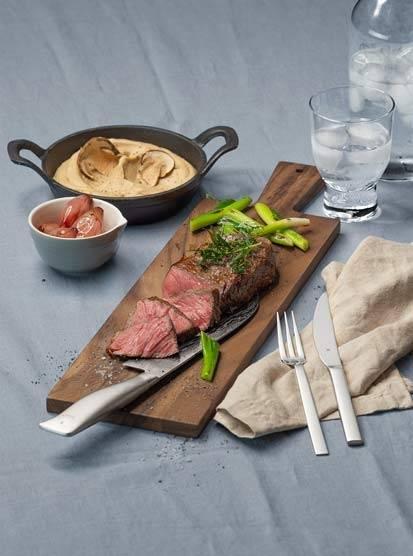 Rumpsteak mit Rotweinschalotten, Steinpilz-Sellerie-Püree und glasiertem Frühlingslauch