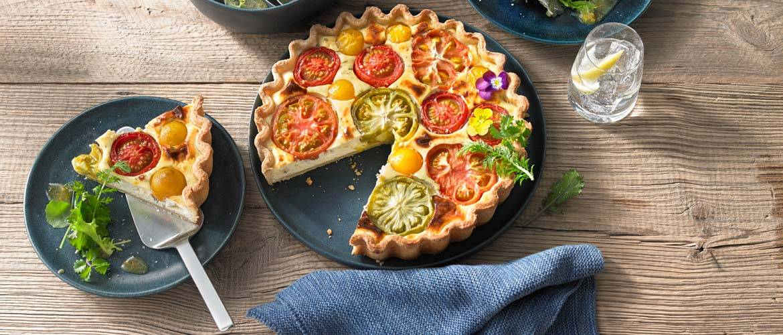 Bunte Tomaten-Quiche mit Wildkräutersalat