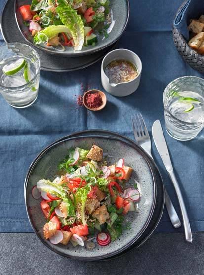 Orientalischer Fatousch-Salat mit knusprigen Croûtons