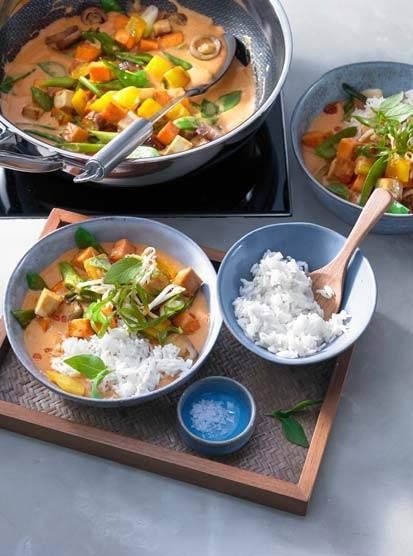 Rotes Gemüse-Curry aus dem Wok mit Jasminreis