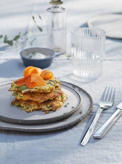 Zucchini-Rösti mit Karottenlachs und Joghurt-Dip