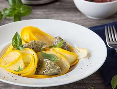 Basilikumnocken mit Tomaten-Weißwein-Sauce im Zucchinibett