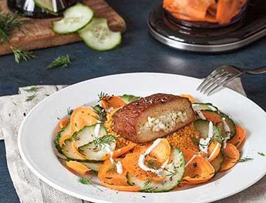 Gefüllter Tofu mit Couscous und schnellem Gurken-Karottensalat