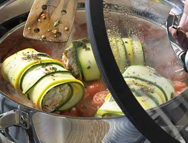 Rouladen von grünen und gelben Zucchini mit Ziegenkäsefüllung auf Kirschtomaten